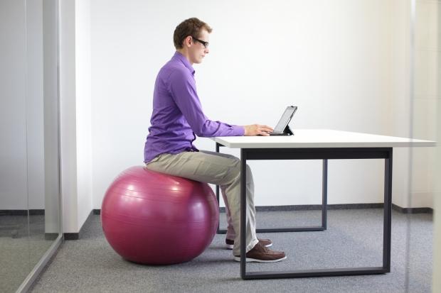 consejos-hacer-ejercicio-trabajo-sentarse-pelota.jpg